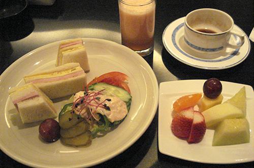 パラダイス ホテル&カジノ ハムエッグサンド 季節のフルーツ盛り合わせ